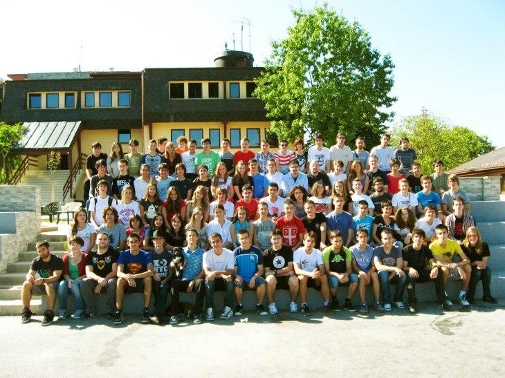 Групна фотографија учесника вежбовних семинара физике, астрономије и примењене физике и електронике 2012. у ИС Петница.